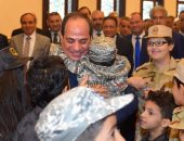 إحتضان الرئيس عبد الفتاح السيسي، أبناء الشهداء ، خلال أداء صلاة عيد الفطر المبارك   صوت مصر نيوز