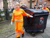 وزيرة ألمانية تحتفل باليوم العالمي للمرأة وتجمع القمامة من أمام البيوت | صوت مصر نيوز