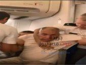 شاهد بالفيديو .. الإعتداء علي مواطن مصري وزوجته علي متن طائرة رومانية | صوت مصر نيوز