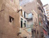 سقوط «بلكونة» لمنزل قديم فوق محلات تجارية بالفيوم |صوت مصر نيوز
